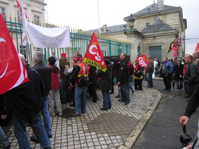 A LIRE – Com de Presse : «Le préfet ouvre sa porte au MEDEF et laisse les syndicats sur le trottoir»